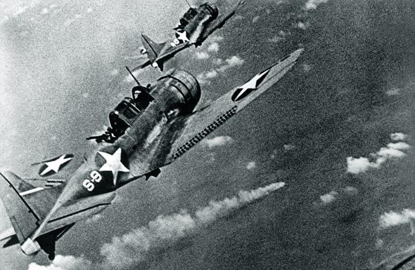 מטוסי דונטלס מעל לסיירת הכבדה מיקומה, שהושמדה בקרב מידוויי