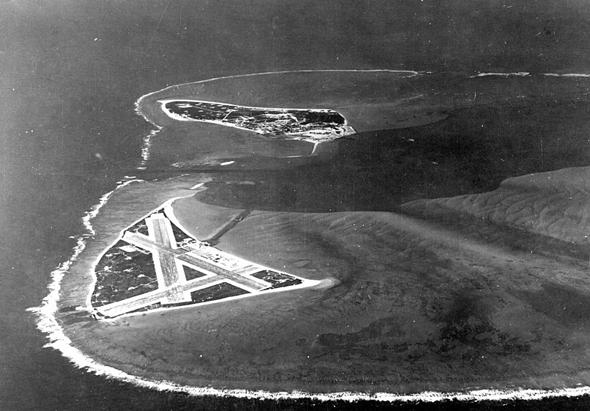 האי מידוויי עם שדה התעופה שלו, שמכסה חצי משטחו