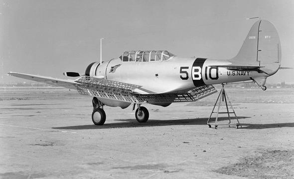 מטוס BT1 בניסוי; שימו לב למעצורים דמויי הרשת שמתחת לכנף