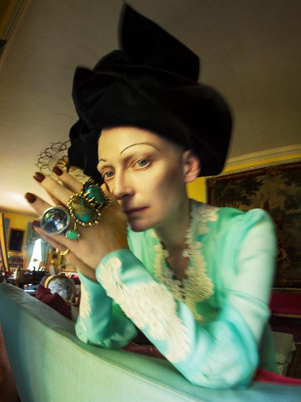 השחקנית טילדה סווינטון מתוך התערוכה של צלם האופנה טים ווקר, צילום: טים ווקר