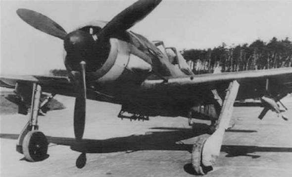 מטוס פוקה וולף 190, תחת כנפיו זוג טילי X4, צילום: smolbattle