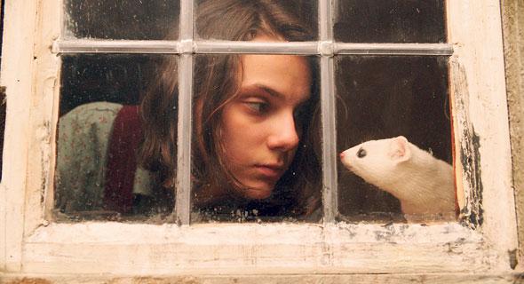 """דפני קיו ב""""חומריו האפלים"""". משהו תמים וילדותי, צילום: באדיבות YES"""