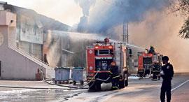 מפעל המזרנים הולנדיה בשדרות עולה באש, צילום: AFP