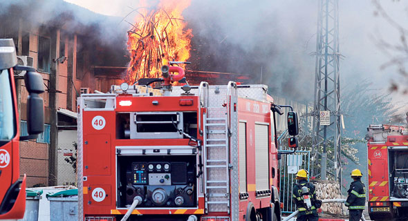 שריפה בשדרות בעקבות פגיעת רקטה , צילום: AFP