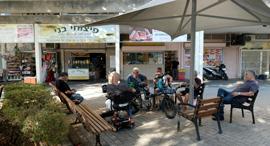 """מרכז מסחרי בשכונת נווה שרת ת""""א, צילום: שאול גולן"""