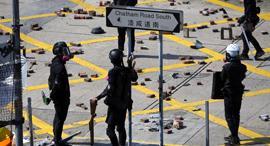 שוטרים מחוץ למכון הפוליטכני בהונג קונג היום, צילום: אי פי איי