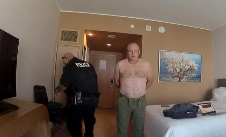 הטייס אנדרו קולינס בעת מעצרו במלון