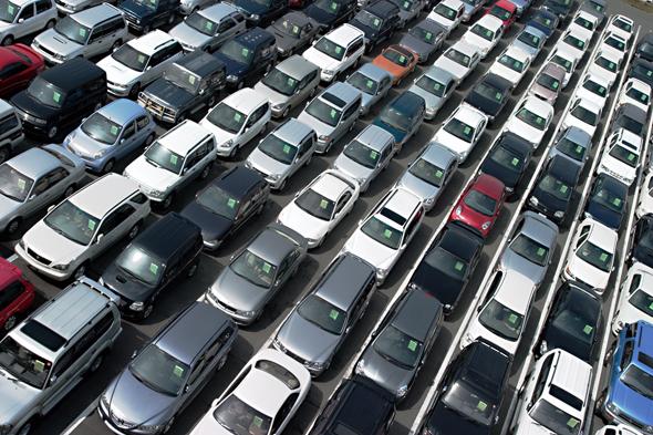 מכוניות חדשות ממתינות במגרש רכב, חשופות לשמש המייבשת את הצמיגים וסודקת אותם. הצרכן לא יוכל לדעת כמה זמן עמדה המכונית ובאילו תנאים