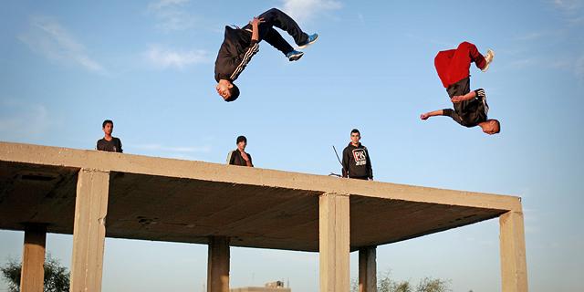 צעירי קבוצת הפארקור של עזה קופצים מגגות בניינים הרוסים