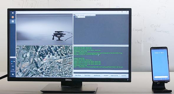 המחשת פרצת האבטחה: מימין סמארטפון פרוץ, משמאל מחשב השליטה של ההאקרים עם הצילומים מכל החיישנים שלה