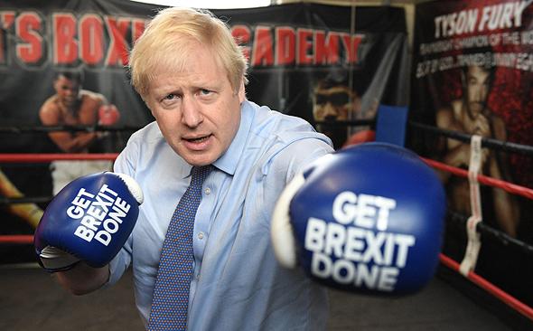 בוריס ג'ונסון ראש ממשלת בריטניה ברקזיט  אקדמיה לאגרוף ליד מנצ'סטר 19.11.19, צילום: אם סי טי