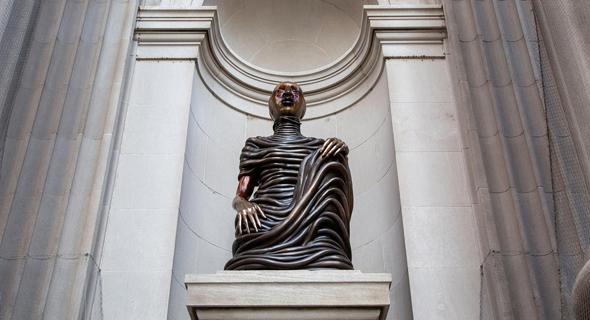 פסל של מוטו. לראשונה בכניסה למטרופוליטן, צילום: Courtesy of the Artist and Gladstone Gallery