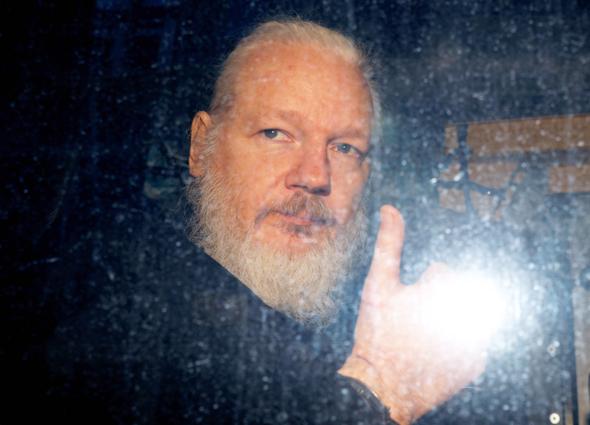 מייסד ויקיליקס במשטרת לונדון באפריל 2019, צילום: רויטרס