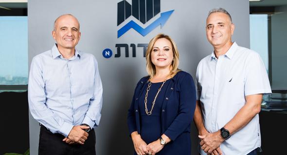 מייסדי קרן יסודות: יעקב סיסו (מימין), אסתי פרידמן ודוד ברוך. נגישות מיידית ורציפה לראשי הפירמידה