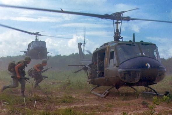 חיילים רצים למסוק יואי