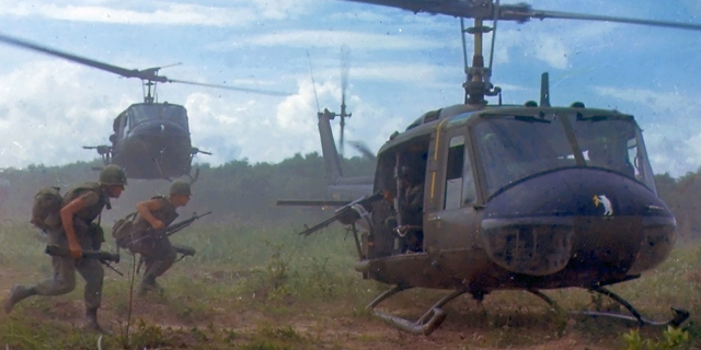 חיילים רצים למסוק יואי, צילום: U.S. Army