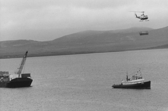 מסוק יואי מעביר מטען מספינה לחוף, צילום: NARA