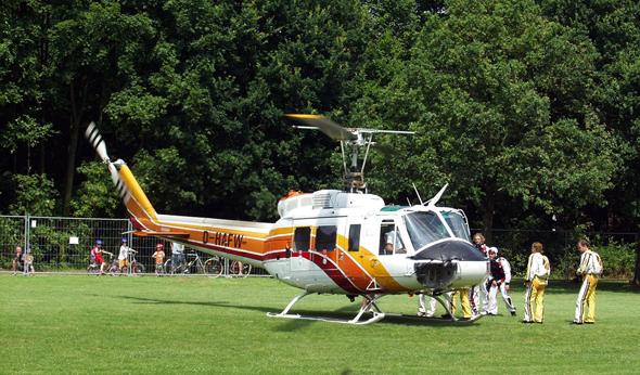 צוות צנחנים עולה למסוק, צילום: Raimond Spekking CC BY-SA 3.0