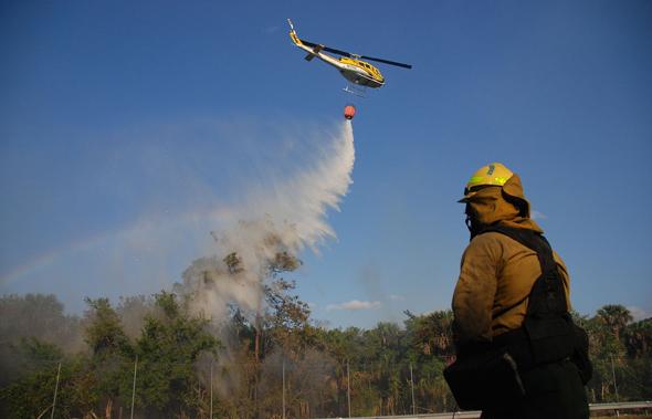 יואי מכבה שריפה, צילום: FWS