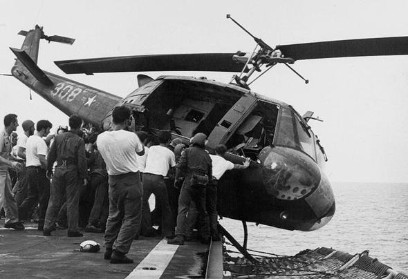 מסוק יואי מושלך מנושאת מטוסים לאחר מלחמת וייטנאם, כדי לפנות מקום למסוקים שנושאים אישים שפונו מהמדינה, צילום: גטי אימג