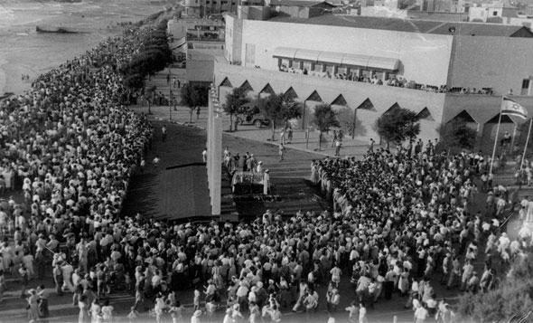 ארונו של הרצל מונח בכיכר הכנסת לפני שיעלה לקבורה בירושלים