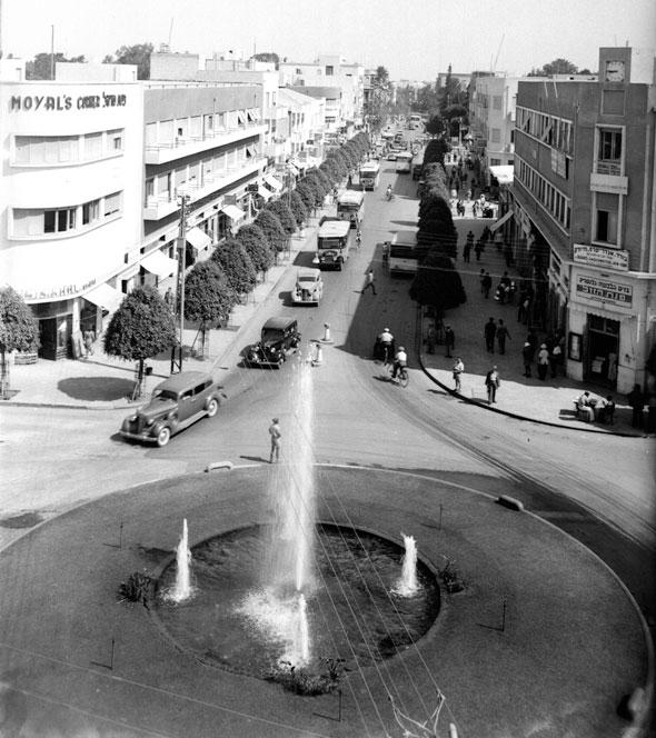 שנות ה-30'. מזרקה נבנתה במרכזה