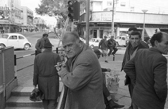 1967. פועלים ליד הכניסה למנהרות בכיכר מגן דוד