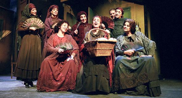 """""""בוסתן ספרדי"""", מהצגות הדגל של תיאטרון הבימה. הלוואה מכבידה נלקחה ב־1995, צילום: ארכיון תיאטרון הבימה"""