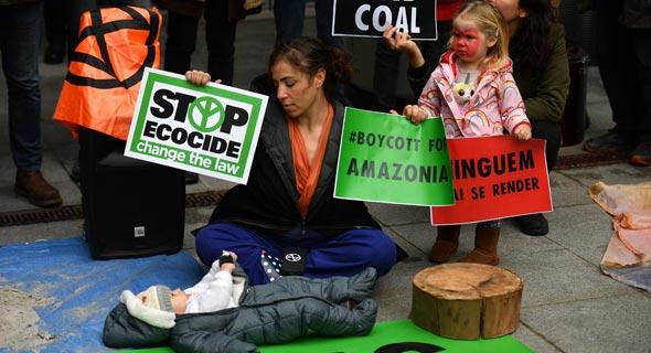 מפגינים מחוץ למשרדי בלאקרוק. החברה שתורמת יותר מכל אחרת בעולם לשינויי אקלים, צילום: AFP