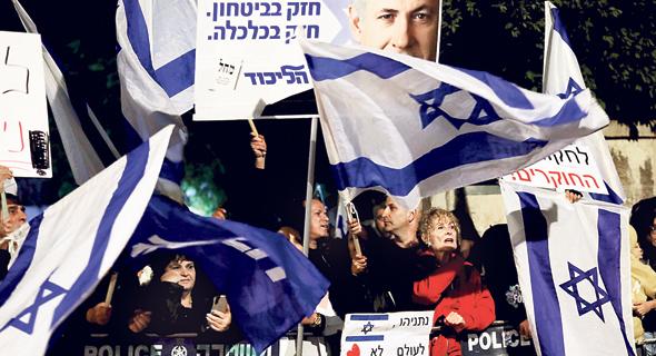 הפגנת תמיכה בנתניהו לאחר הגשת כתב האישום. קדימון לקמפיין הבחירות, צילום: AFP