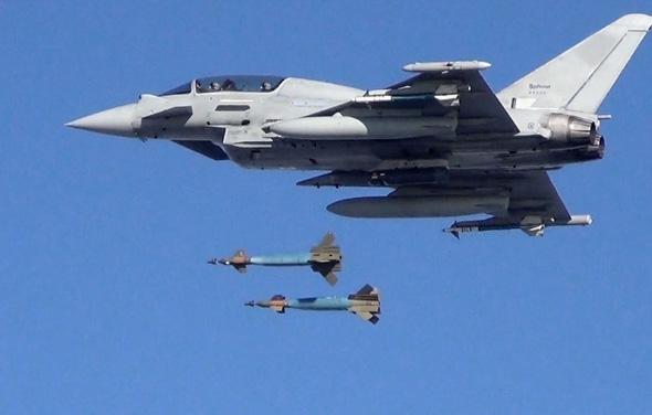 טייפון דו מושבי מטיל זוג פצצות מונחות לייזר, צילום: RAF