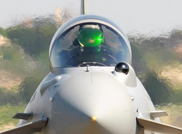 חרטום הטייפון. שימו לב לתצוגה העילית המגודלת של הטייס, ולעינית השחורה של חיישן האינפרה-אדום, צילום: Sgt Pete Mobbs/MOD OGL v1.0