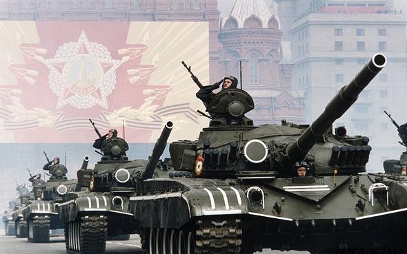 כוח שריון סובייטי במצעד ראווה במוסקבה. באותה מידה, היה יכול לנסוע עד פריז, צילום: גטי אימג