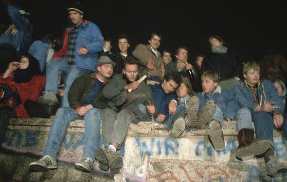 תושבי ברלין יושבים על החומה, באותו לילה היסטורי, צילום: גטי אימג