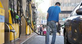 תדלוק דלק בנזין תחנת דלק, צילום: עמית מגל