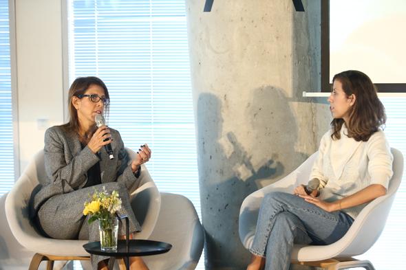"""מימין כתבת כלכליסט רחלי בינדמן יחד עם יפעת רייטר, מנכ""""לית AIG, צילום: אוראל כהן"""