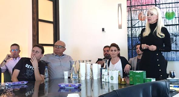 פנינה רוזנבלום באסיפת המחזיקים, לצידה של בידס , צילום: יניב רחימי
