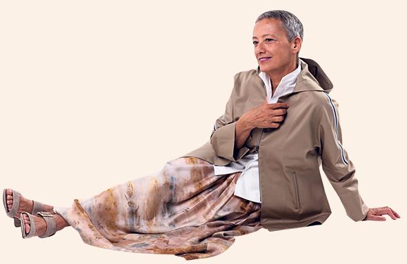 """אפרתי: """"היצירה שלי חייבת את הגוף של הלקוחה. הבגד שלה הוא חוויה. היא חיה בתוכו כל היום, ואם הוא נעים, כל ההתנהלות היא אחרת לגמרי"""""""