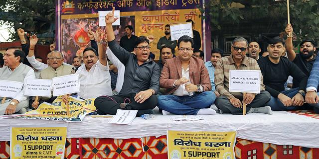 700 הפגנות בשווקים המרכזיים: הסוחרים ההודים מצופפים שורות נגד וולמארט ואמזון