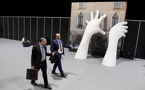 פסל בכניסה לוועידת האקלים במדריד, צילום: גטי אימג