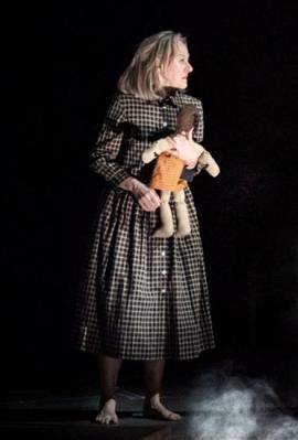"""מתוך הפקת התיאטרון הלאומי הבריטי לרומנים הנפוליטניים. """"תפקיד התיאטרון לזקק את חוויית הקריאה"""" , צילום: national theatre"""