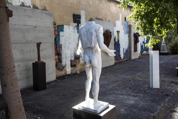 פסל של פיליפ רנצר בגן. חוויה מרשימה