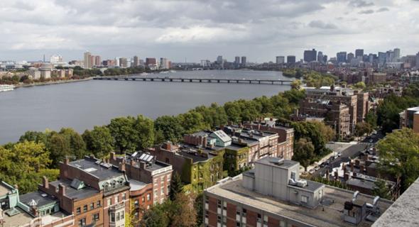 בתי בוסטון על רקע נהר הצ'ארלס