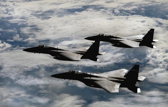 מטוסי F15 במבנה מכונס, צילום: USAF
