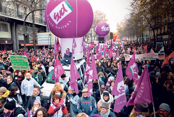 צרפתים מפגינים במהלך שביתת הענק שהתקיימה בסוף השבוע