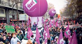 צרפתים מפגינים במהלך שביתת ענק שהתקיימה בסוף השבוע, צילום: בלומברג