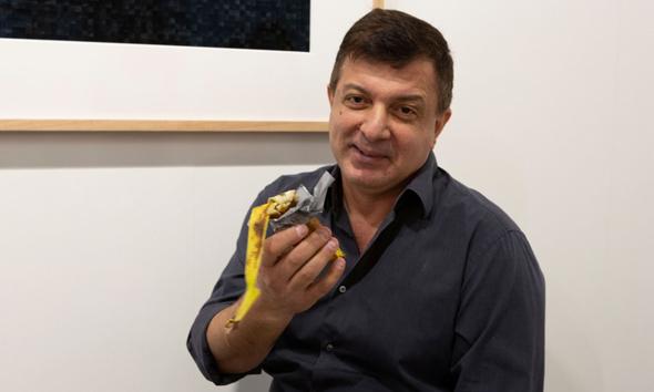 דיוויד דאטונה עם שאריות בננה שנמכרה ב-120 אלף דולר