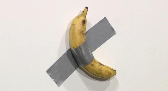 הבננה מודבקת לקיר