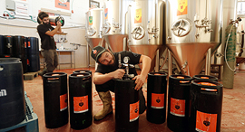 """מתקינים חביות של בירה קנאביס במבשלת בירבאזר. """"לספק לצרכן אפקט נוסף מעבר להנאה שבשתייה"""", צילום: גדי קבלו"""