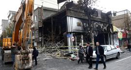 סניף בנק שהוצת באיראן, צילום: רויטרס